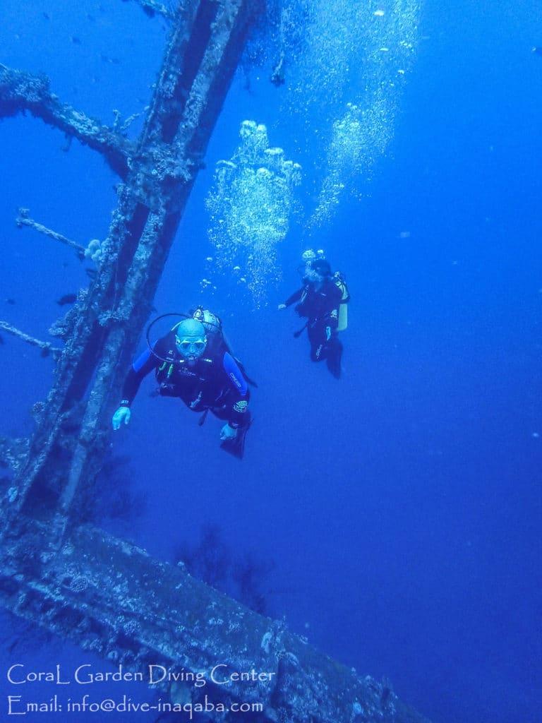 Man and child diving, Курсы дайвинга в Иордании