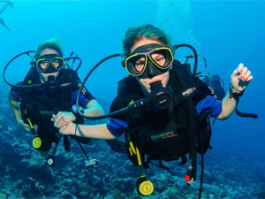 beginner level, dive instructor take care of his student when try dive, Курсы дайвинга в Иордании